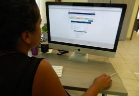 Mujer frente a computadora de escritorio