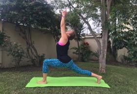 Instructora en posición de Yoga